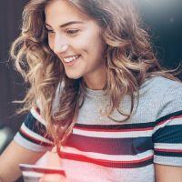 Junge Frau mit Kreditkarte Basis (Debitkarte)