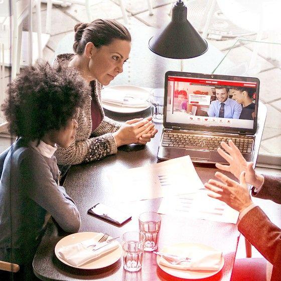 Junger Mann mit Brille am Laptop